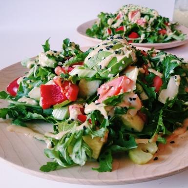 Salade de roquette et avocat, avec sauce dragon au tahini et sésame noir ©Odile Joly-Petit